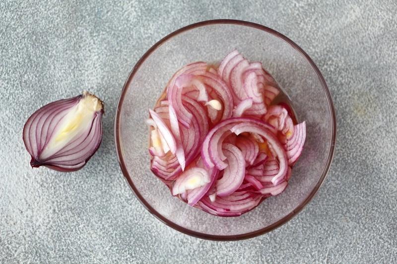 Овощной салат с водорослями вакаме, маслом расторопши и семенами льна
