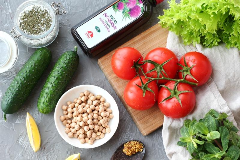 Овощной салат с нутом и мятной заправкой