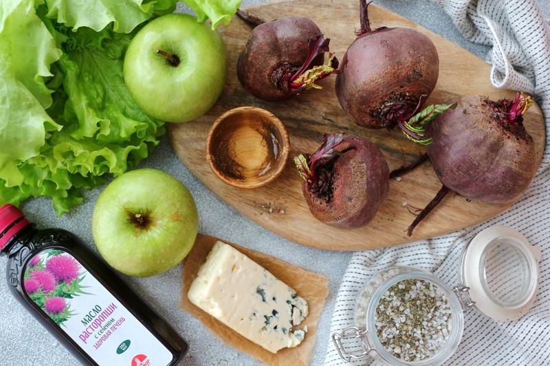 Салат с запеченной свеклой и заправкой из масла расторопши с сыром Дор блю