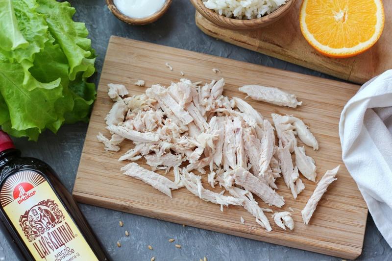 Салат с курицей, рисом, апельсином и семенами льна