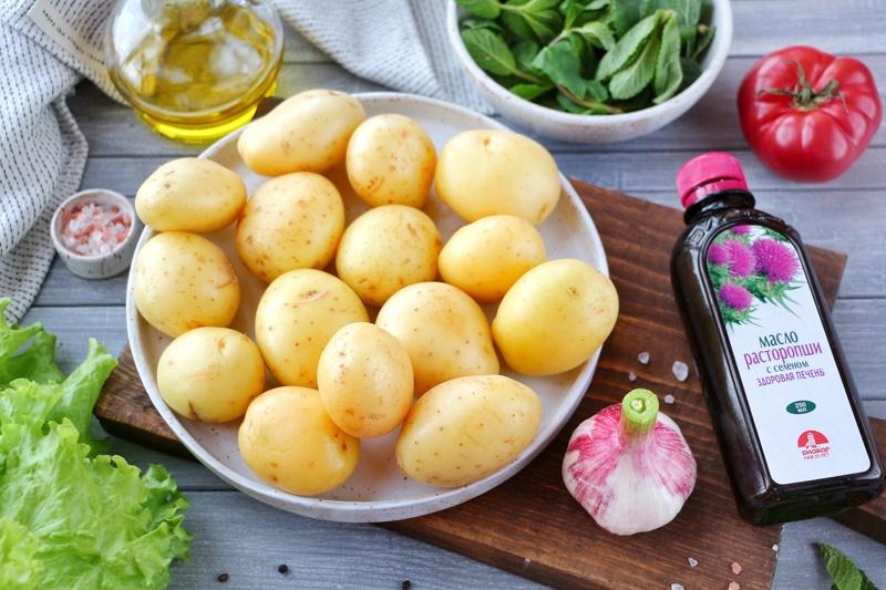 Салат из молодого печеного картофеля с заправкой из мяты и масла расторопши