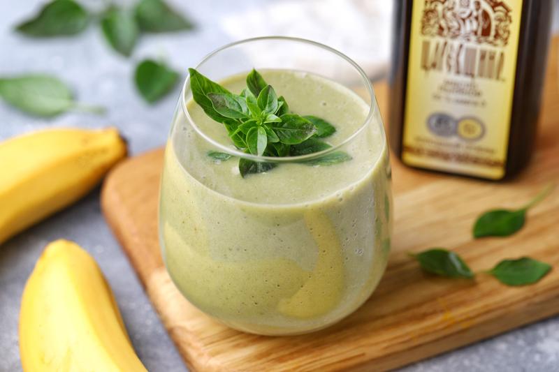 Банановый смузи с базиликом и льняным маслом