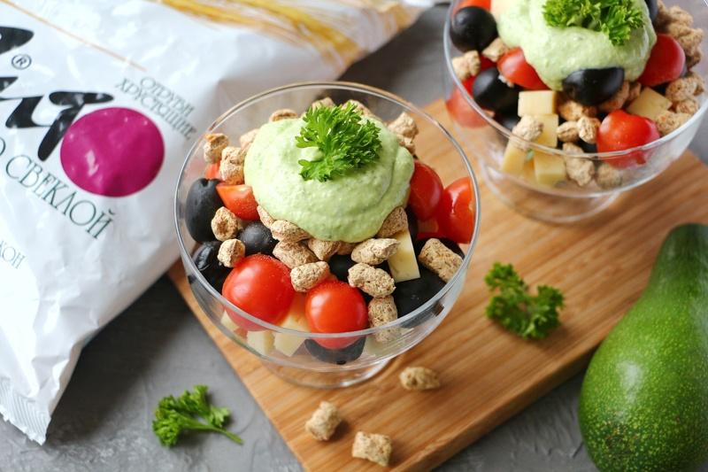 Салат с сыром, маслинами и отрубями