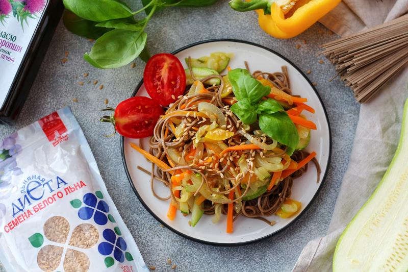 Готовый салат с гречневой лапшой, овощами и семенами льна