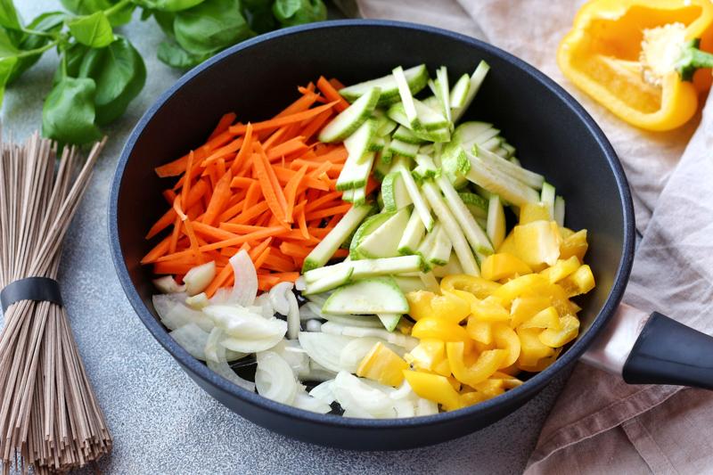 Нарезанные овощи тушатся в сковороде