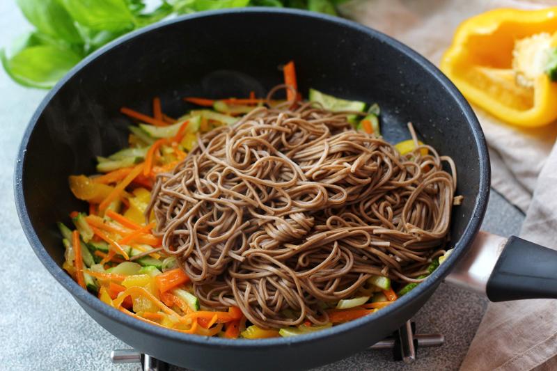 Вареную лапшу заправили маслом расторопши и добавили к овощам