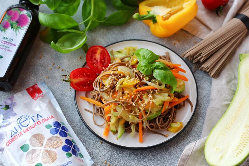 Выложили салат на тарелку и украсили семенами льна