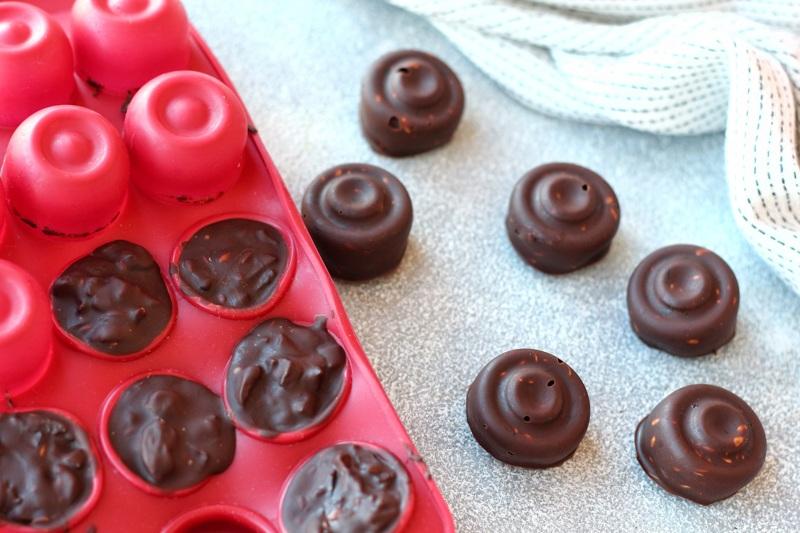Застывшие конфеты в силиконовой форме