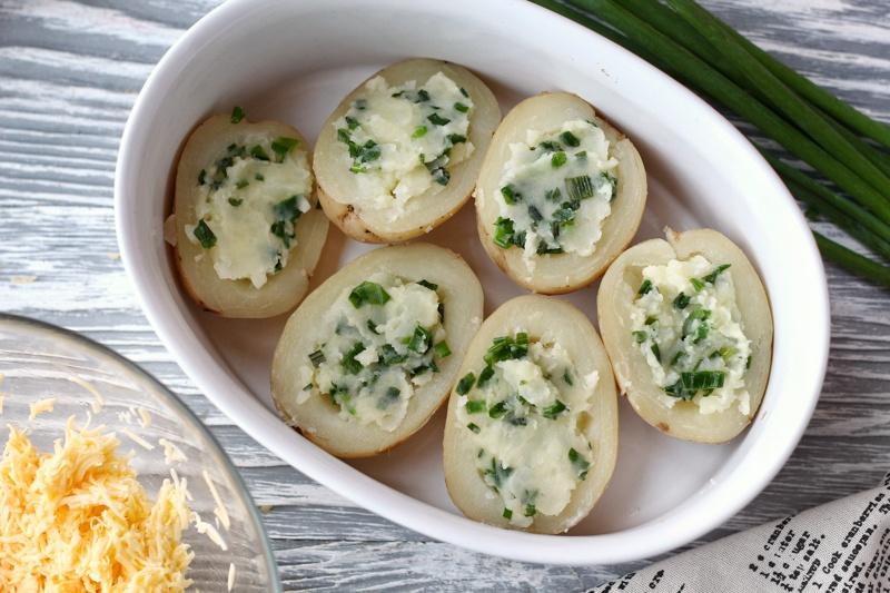 Картофель с начинкой из жареного зеленого лука