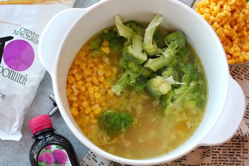 Кастрюля с овощами - картофель, морковь, лук, брокколи и кукуруза
