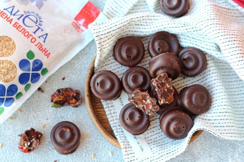 Шоколадные конфеты на тарелке