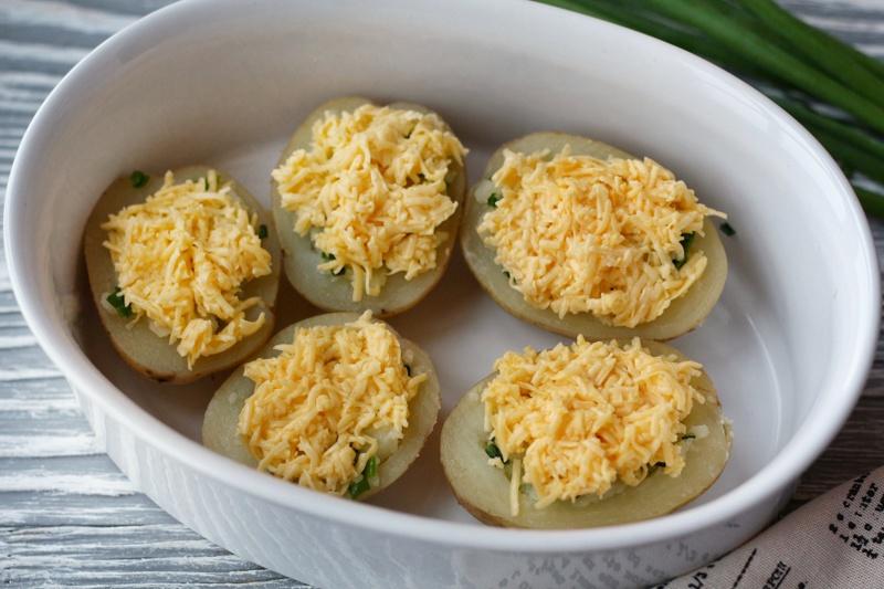 Натертый сыр на картофеле
