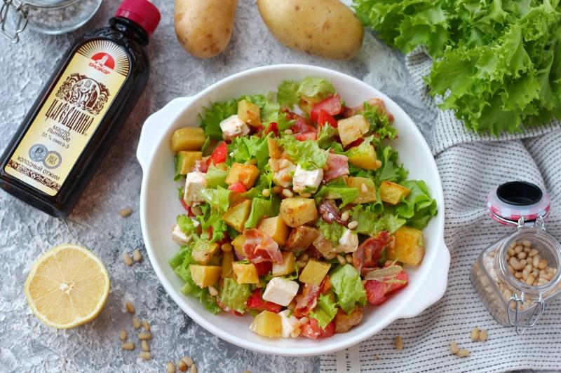 Картофельный салат с беконом, брынзой, кедровыми орешками и льняным маслом
