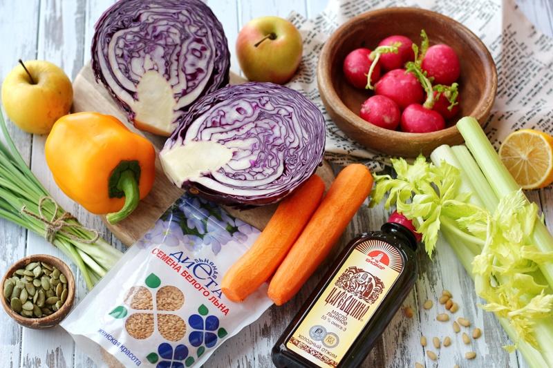 Овощной детокс-салат с семенами льна и льняным маслом