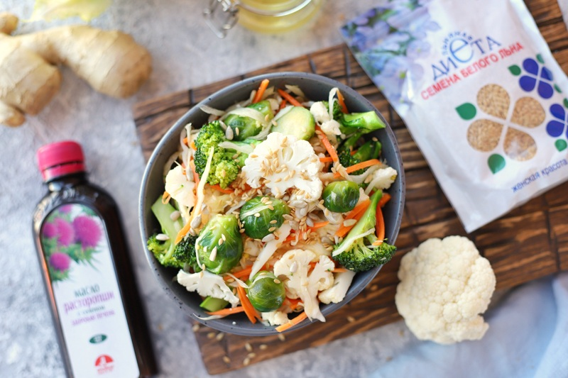 Салат из разных вдов капусты с льняным семенем и маслом расторопши