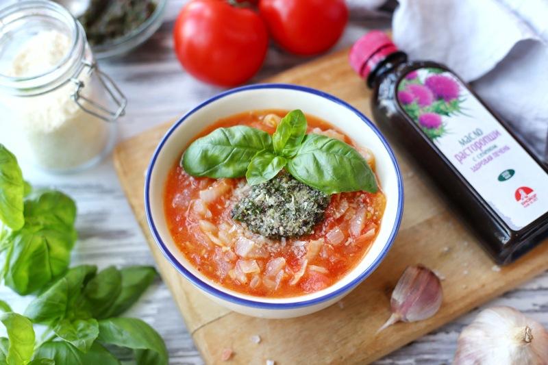 Томатный суп с заправкой из маслин и маслом расторопши