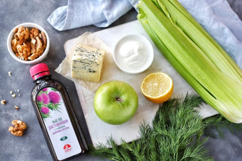 Салат из сельдерея, яблока и сыра с маслом расторопши