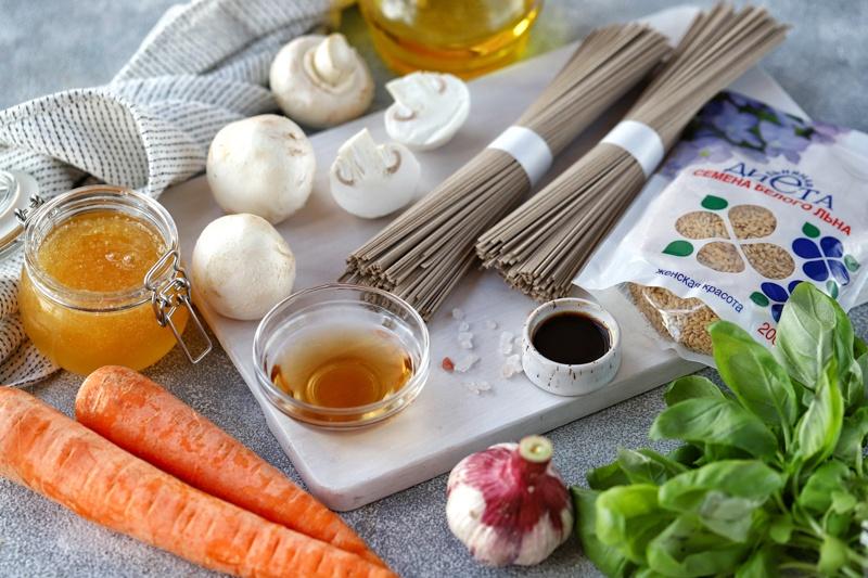 Гречневая лапша с морковью, шампиньонами и семенами льна