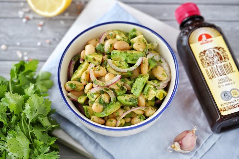 Салат с фасолью, авокадо и заправкой с льняным маслом
