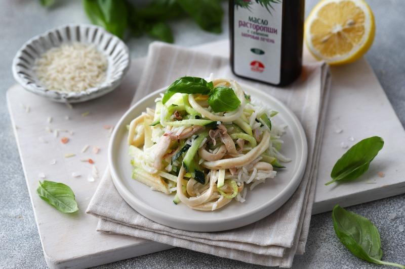 Салат из риса с кольцами кальмаров, зеленым яблоком и маслом расторопши