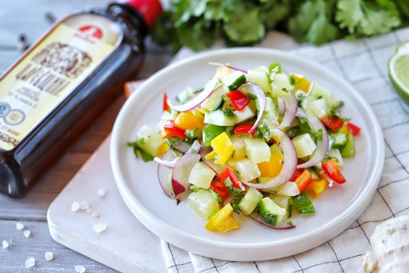 Салат со сладким перцем, ананасом и льняным маслом