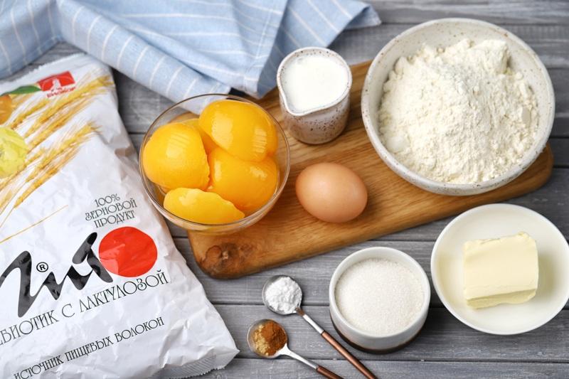 Порционный пирог с персиками, сливочным тестом и хрустящим штрейзелем с отрубями