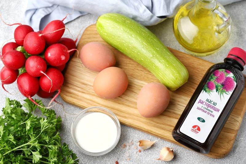 Салат с кабачком, редисом, яйцом и маслом расторопши