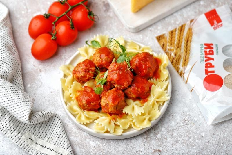 Мясные тефтели с сыром и отрубями в томатном соусе