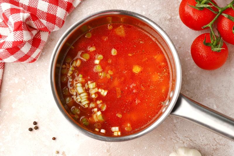 Томатный суп с творожными клецками с отрубями и зеленью