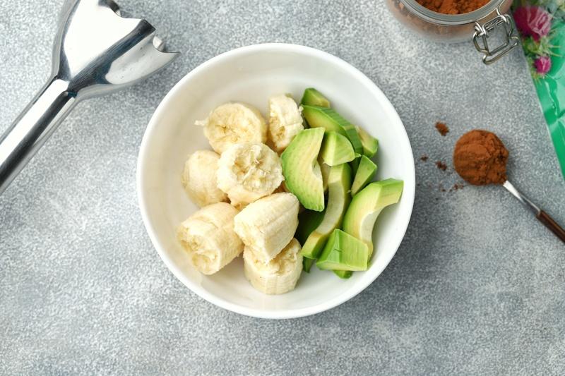 Шоколадный мусс из авокадо, банана и шрота расторопши с какао