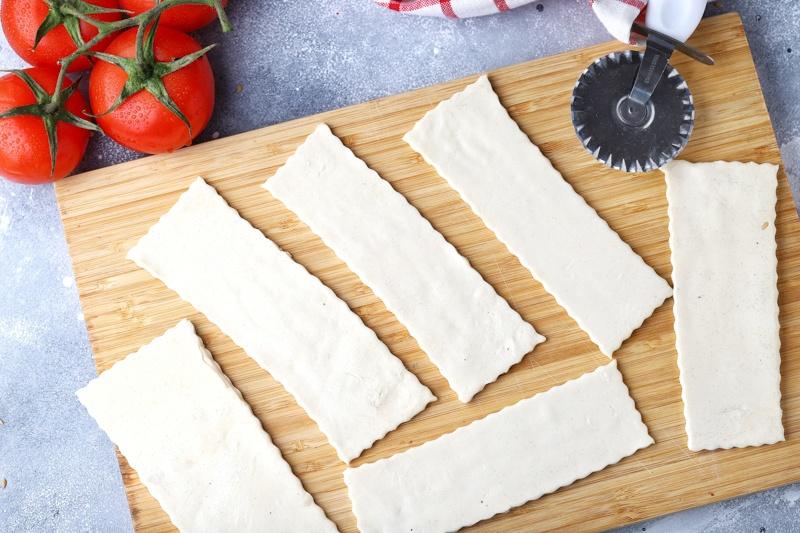 Томатная тартинка с сыром, зеленью, маслом расторопши и семенами льна