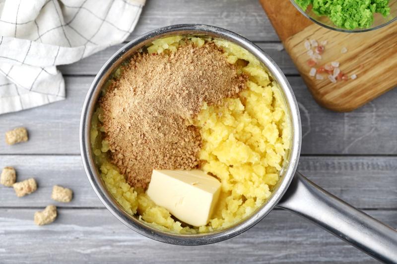 Картофельные котлеты с отрубями и начинкой из зеленого горошка