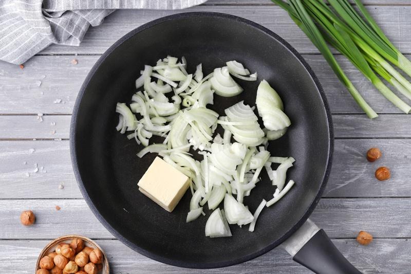 Грибной суп с фундуком и льняным маслом