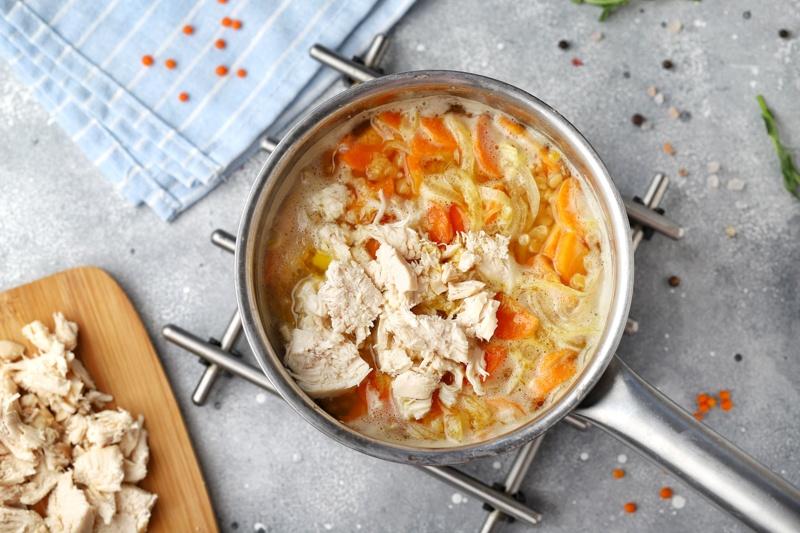 Чечевичный суп с курицей и маслом расторопши