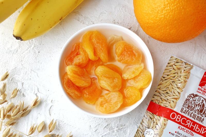 Коктейль из овсяного киселя, банана, апельсина и кураги