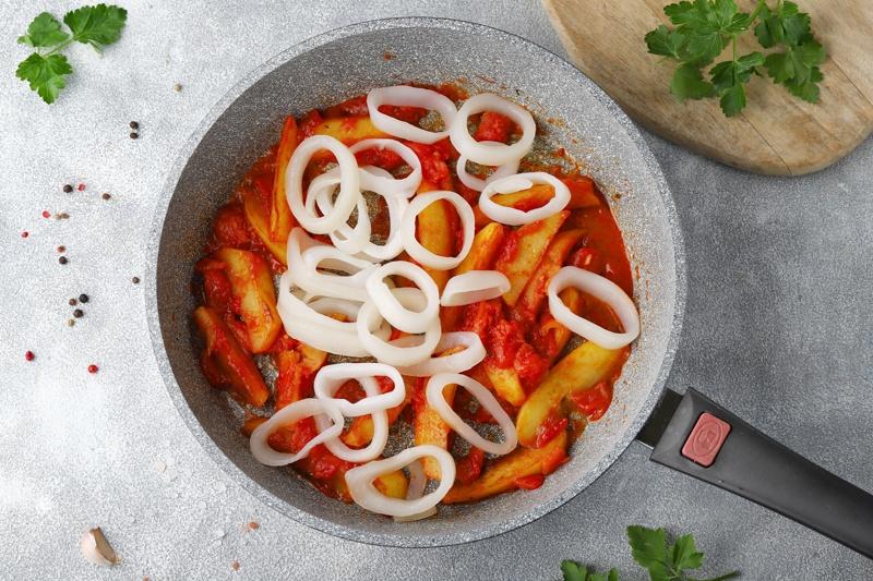 Кальмары, тушеные с картофелем, томатом и маслом расторопши