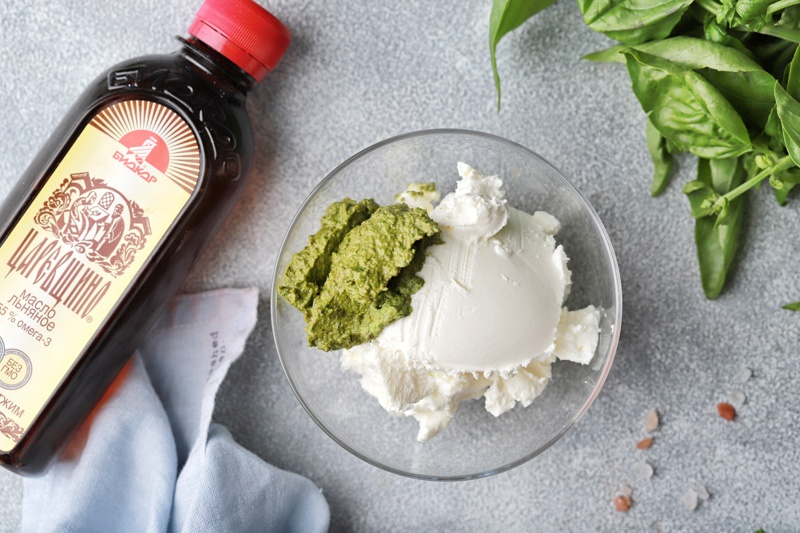 Яичный рулет с сыром и соусом песто с льняным маслом