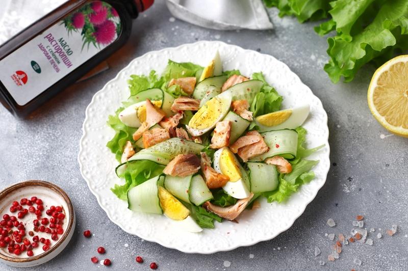 Салат с лососем, огурцом и маслом расторопши