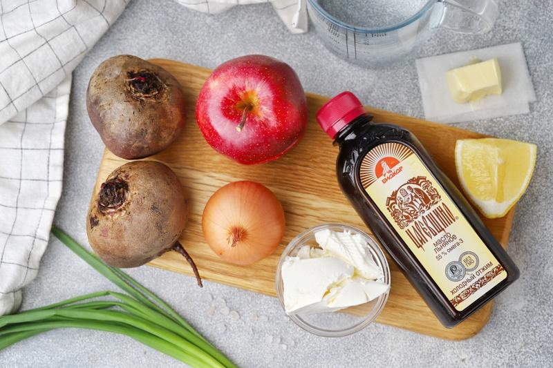 Свекольный суп-пюре с яблоком, брынзой и льняным маслом