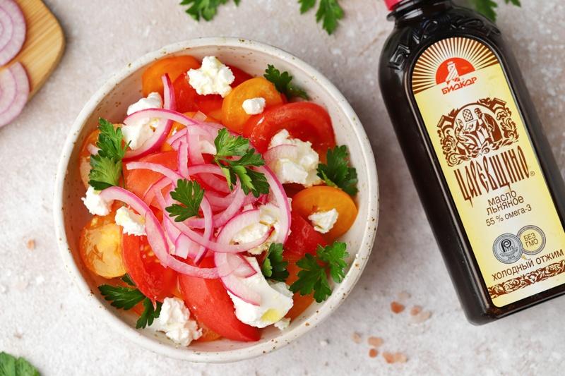 Салат из помидоров с маринованным луком, сыром и льняным маслом
