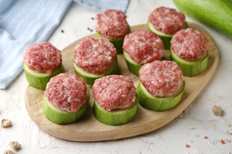 Кабачки с мясом, отрубями и сыром