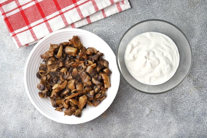 Картофельные драники со шротом расторопши и сметанно-грибным соусом