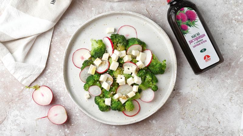 Теплый салат с брокколи, брынзой, редисом и маслом расторопши