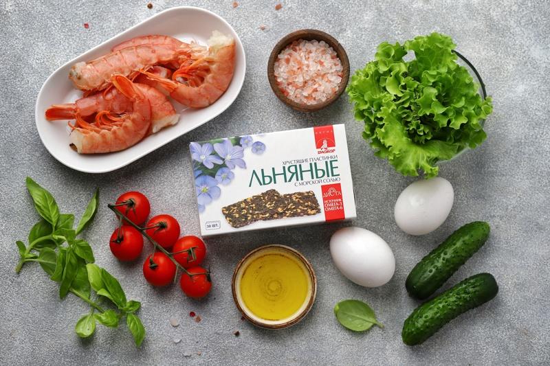 Салат с креветками, яйцом-пашот и льняными пластинками